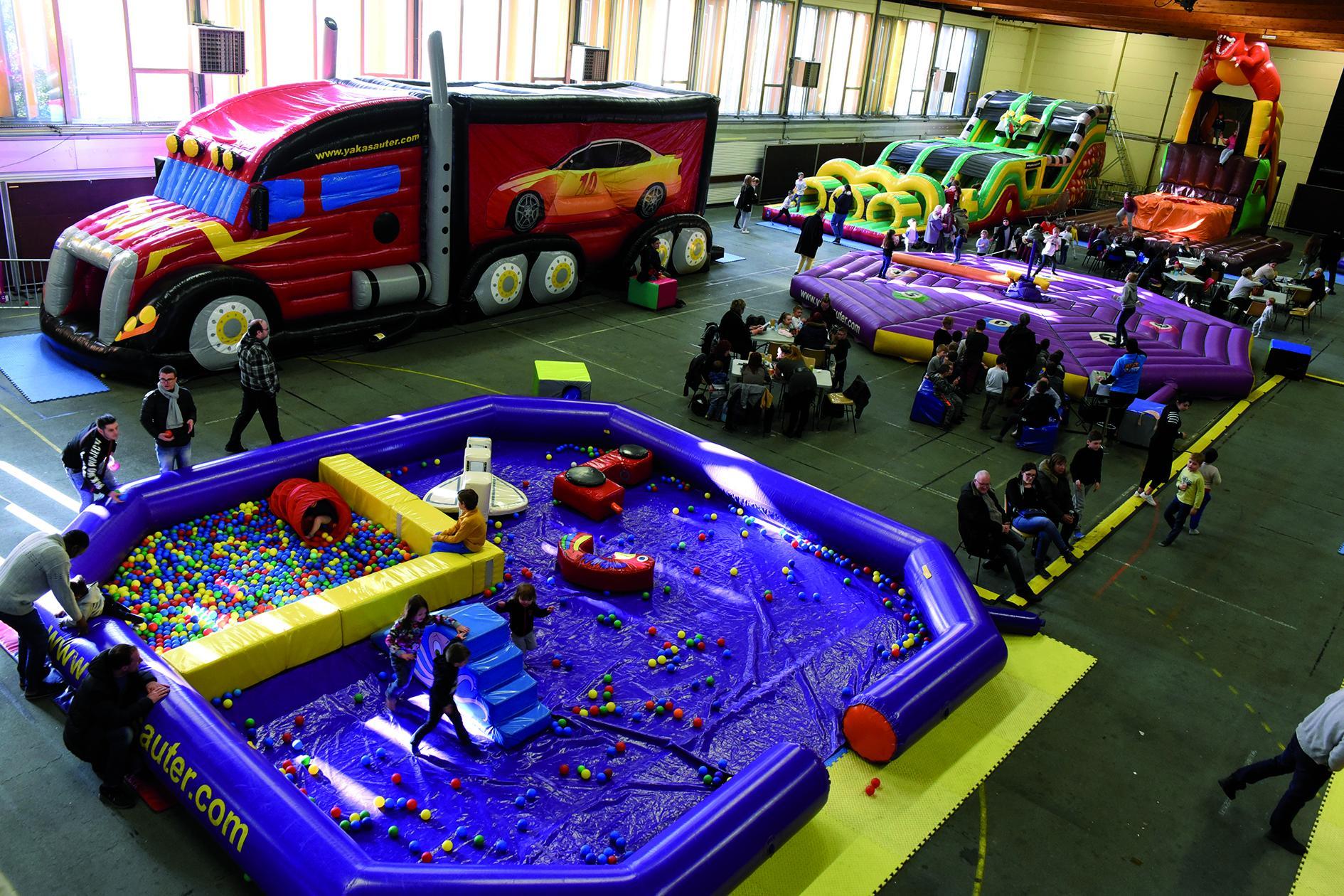 Une grande plaine de jeux gonflables salle Salengro.