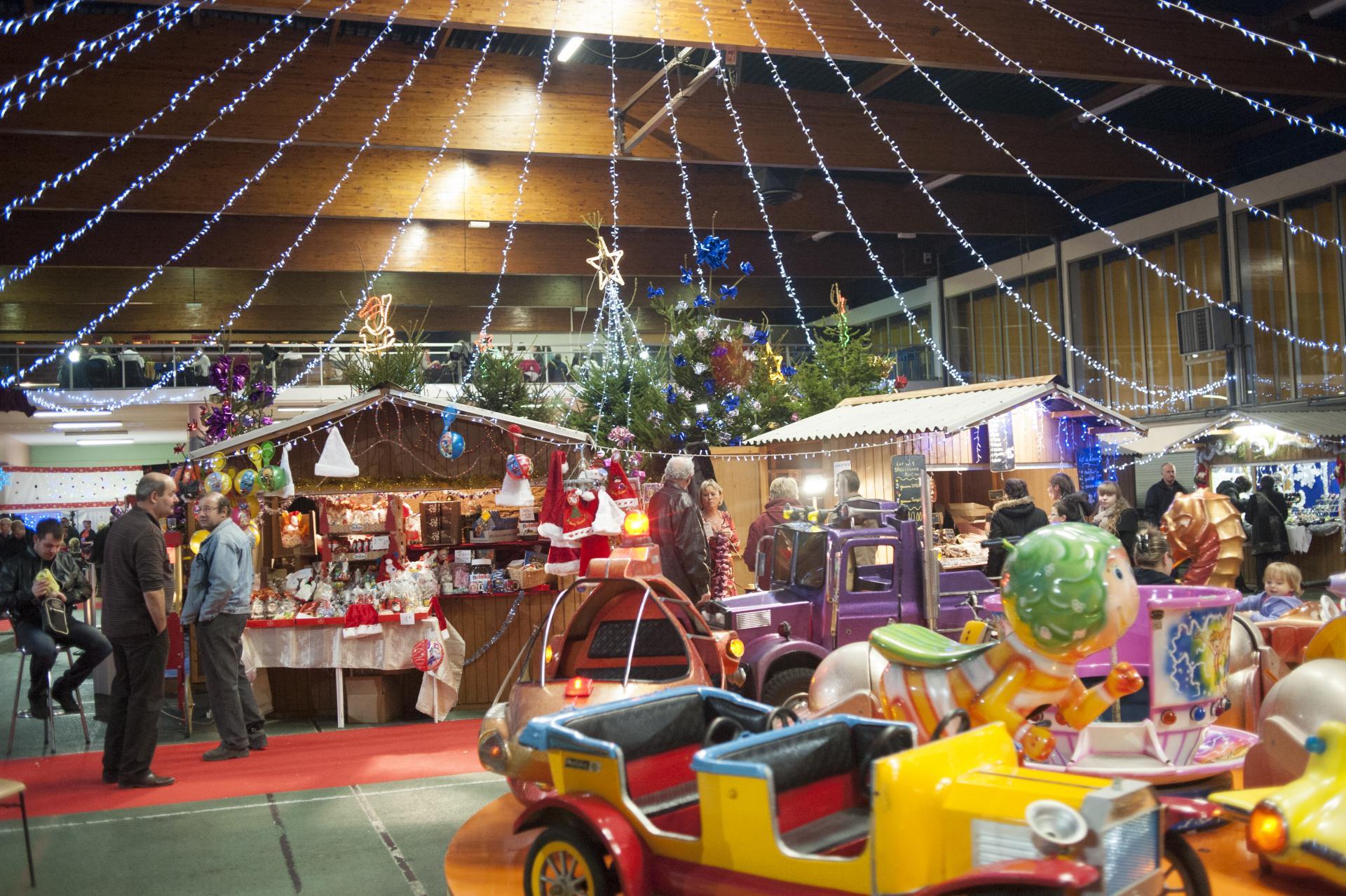 Le marché de Noël se déroule à l'abri des intempéries, salle Salengro.